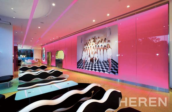 네온 핑크 컬러의 벽면이 돋보이는 호텔 로비.
