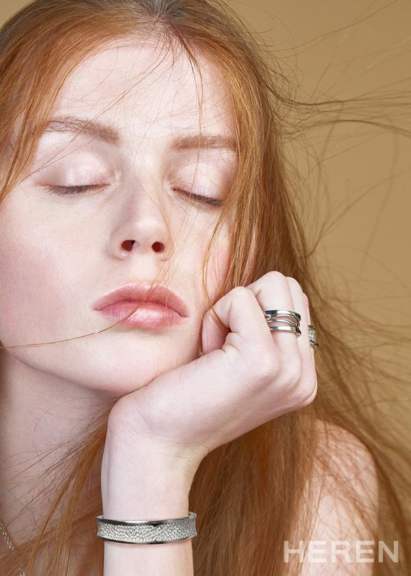 화이트 골드 소재의 '비제로원 디자인 레전드' 링, 다이아몬드 장식으로 화려함을 더한 '비제로원' 링과 브레이슬릿 모두 <b>불가리 BVLGARI.</b>