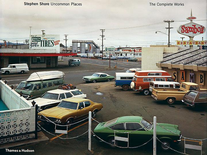 스티븐 쇼어는 우리의 평범하고 지루한 일상도 특별하고 컬러풀하게 변화시키는 사진가다. 아직 여행을 떠나지 못한 당신의 마음을 달래기에 이보다 더 위로가 되는 사진집도 없다.  『Uncommon Places』