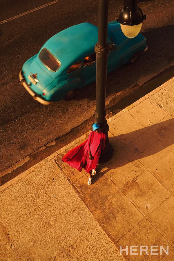 프릴 장식 시폰 소재 드레스, 로고 장식 베이스볼 캡, 주얼 스트랩 샌들 모두 발렌시아가 BALENCIAGA.
