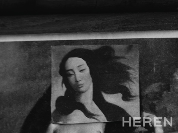 바다가 보이는 서재의 책상 위에 놓인 그림. 꼴라주 작업을 좋아해 여인의 누드화 위에 다른 얼굴을 오려 붙였다.