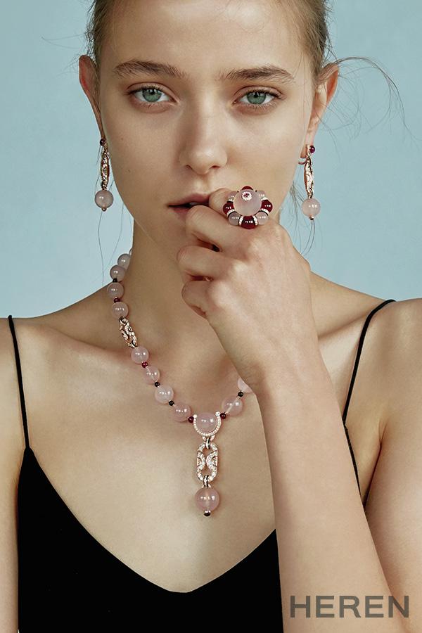 핑크 골드 소재에 다이아몬드와 캘세더니, 루벨라이트, 오닉스, 다이아몬드를 세팅한 '까르띠에 마지씨앙' 이어링, 링, 네크리스 모두 까르띠에 CARTIER.