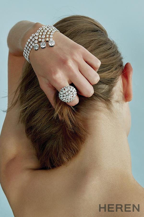 플래티넘 소재에 각각 4.50캐럿, 3.24캐럿, 3.03캐럿의 브릴리언트 컷 다이아몬드를 세팅하고 다이아몬드와 진주, 오닉스로 장식한 '까르띠에 마지씨앙' 브레이슬릿, 플래티넘 소재에 다이아몬드를 세팅한 '파우나 앤 플로라' 링 까르띠에 CARTIER.