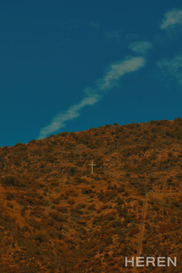 꿈과 희망의 상징인 로스앤젤레스 산 중턱의 'HOLLYWOOD' 사인. 그 옆을 거대한 십자가가 지키고 있다.