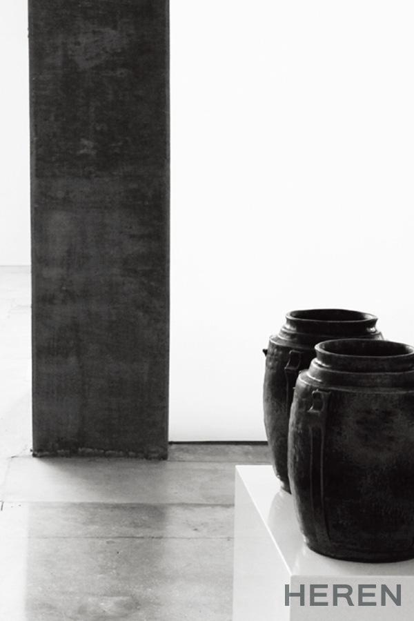 극도로 절제된 공간과 릭 오웬스의 컬렉션이 조화를 이룬다.