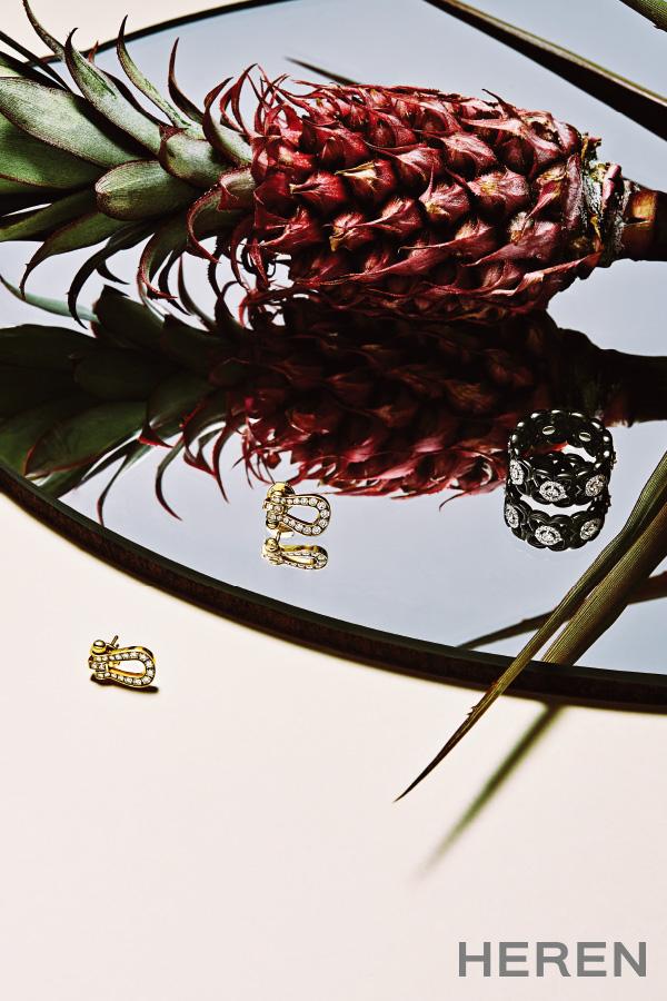 왼쪽부터 30개의 브릴리언트 컷 화이트 다이아몬드를 세팅한 옐로 골드 소재 '포스텐' 이어링 프레드 FRED, 화이트 다이아몬드를 연꽃 문양으로 세팅한 블랙 세라믹과 화이트 골드 소재 '문라이트 로터스 밴드' 링 드비어스 DE BEERS.