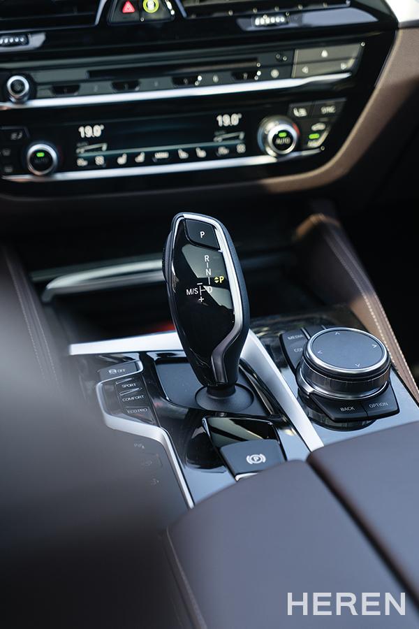 운전석은 오직 운전자 중심으로 설계되었으며, 인체공학적으로 배치된 컨트롤 시스템은 주행 시 안전과 즐거움을 동시에 보장한다.