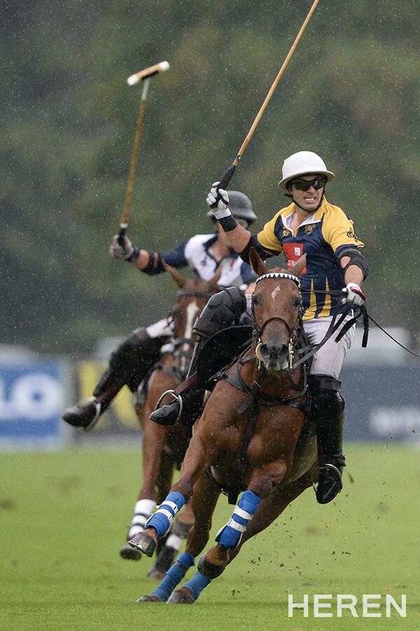 비가 오는 가운데 말과 하나 되어 격정적으로 경기를 펼치는 선수들.